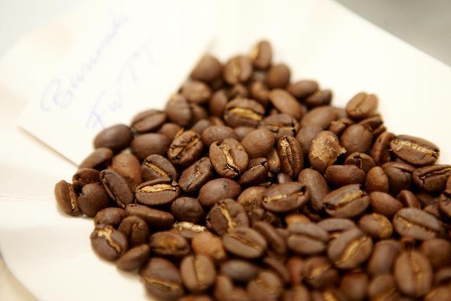 Colruyt Group deelt de expertise van zijn eigen koffiebranderij met Burundese koffieboeren.