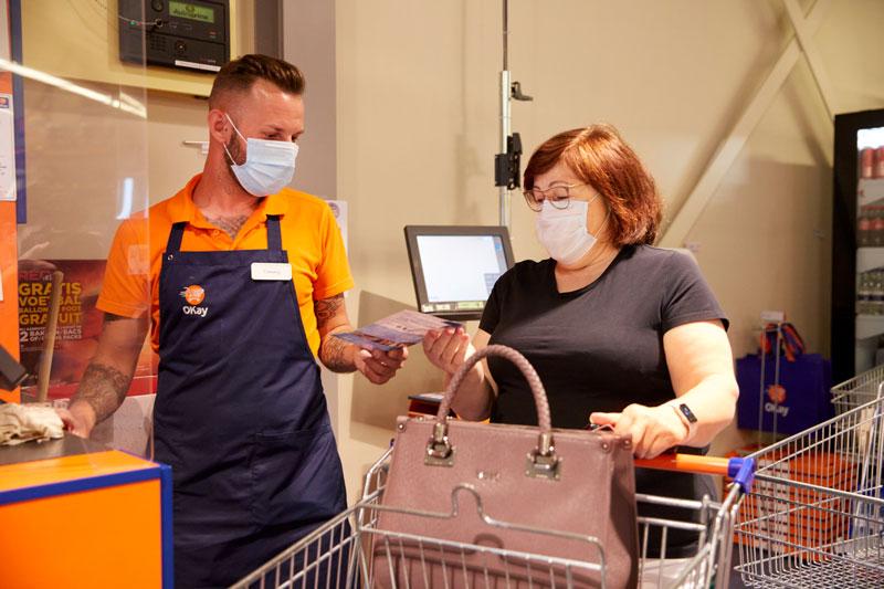 Un collaborateur en magasin propose aux clients d'arrondir leur ticket.