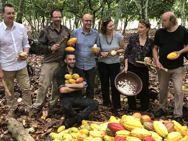 Medewerkers van Colruyt Group en Beyond Chocolate op een cacaoboerderij.