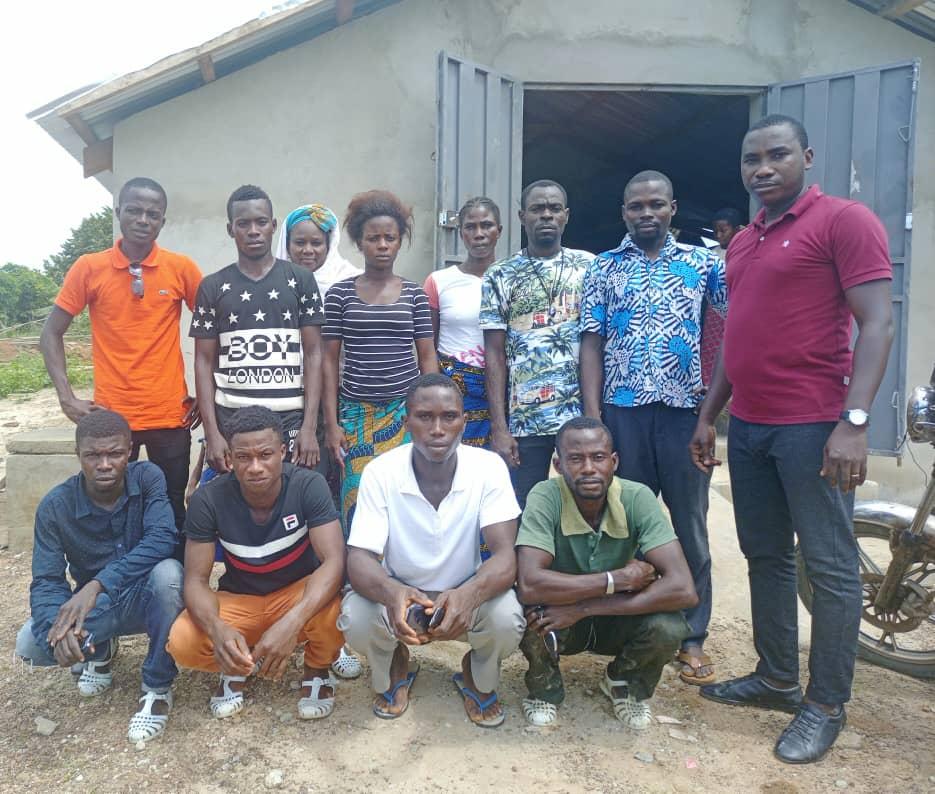 Alphonse Amani van Rikolto (rechts) en de jongeren uit Colonel, een gemeenschap in San-Pédro, die deelnemen aan het project.