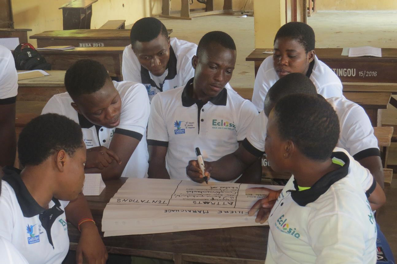 At the Lycée Technique Agricole (Natitingou, Benin) youths are brainstorming in groups about their organisation as entrepreneurs.