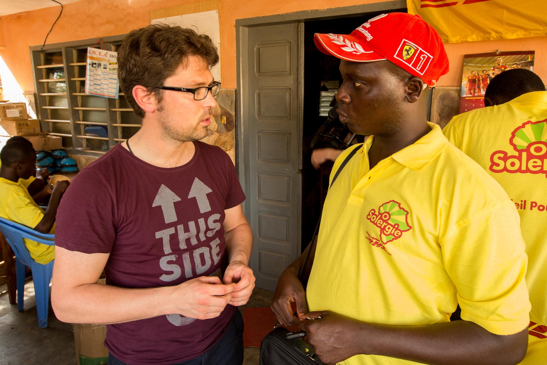 Solar Zonder Grenzen geeft Afrikaanse gezinnen licht met zonnepanelen.
