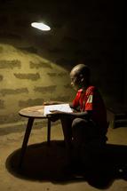 Solar Zonder Grenzen geeft met de steun van Collibri Foundation zonne-energie aan Afrikaanse gezinnen.