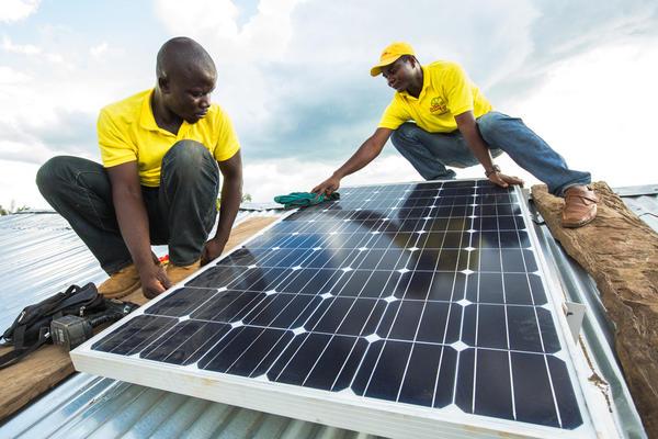 Collibri Foundation geeft Afrikaanse dorpen licht via het project rond zonne-energie van Solar Zonder Grenzen.