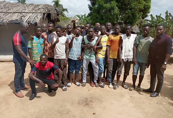 Jongeren uit Daregba, een gemeenschap in San-Pédro, die deelnemen aan het project.