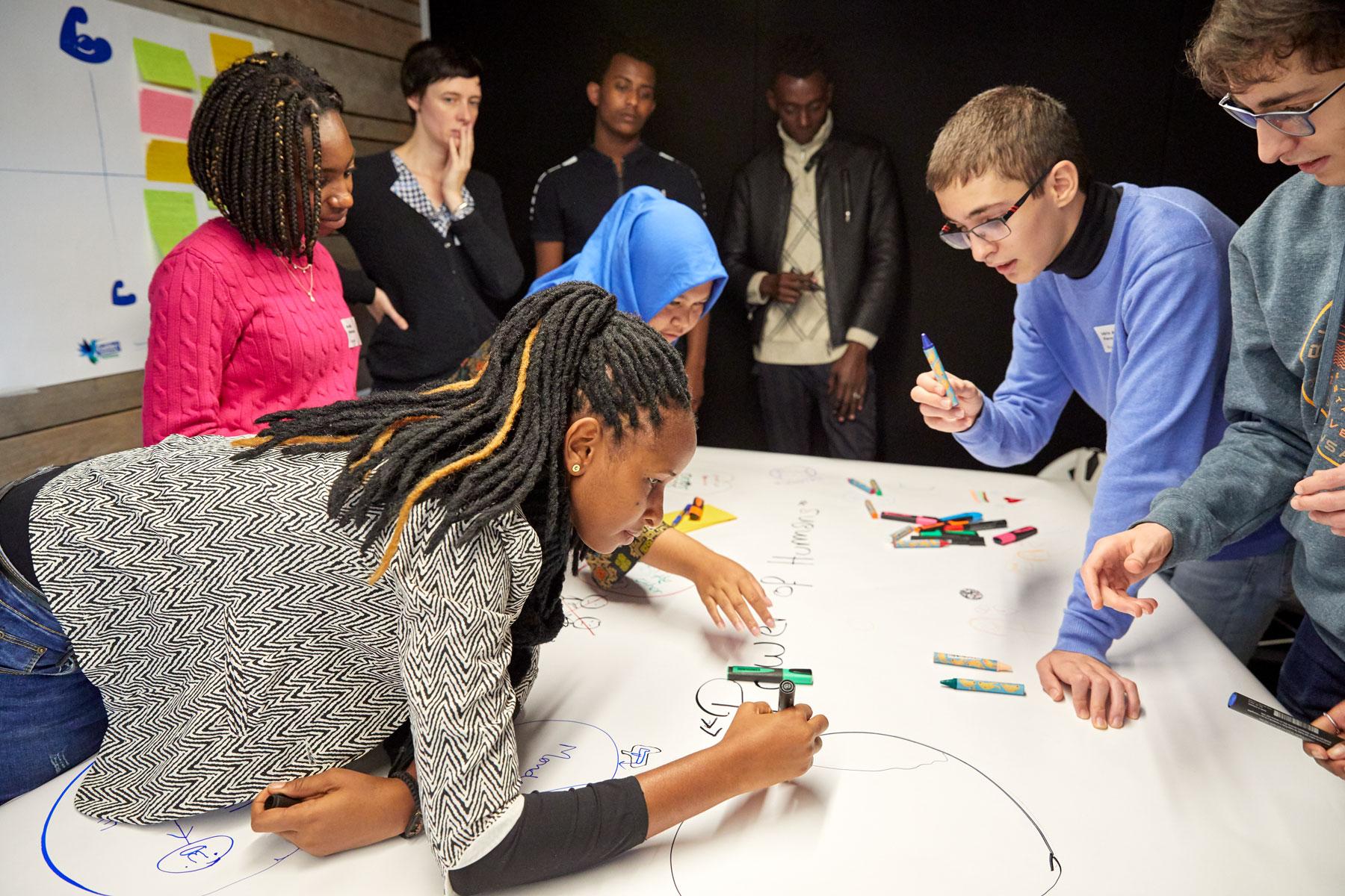 Des jeunes de différentes cultures dessinent leur rêve ensemble